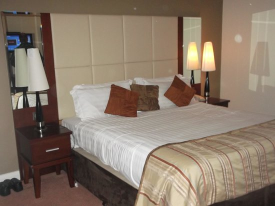 Ballinasloe, Irlandia: Fab Main Bed in Family Suite.