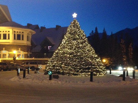 The Fairmont Banff Springs: Cantre piece for the traffic circle.