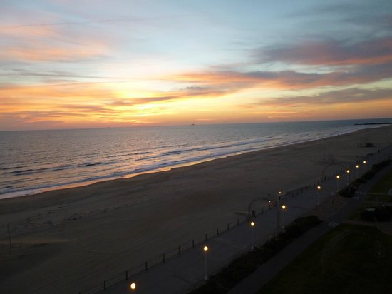 Surfside Oceanfront Inn & Suites: sunrise view from the 8th floor
