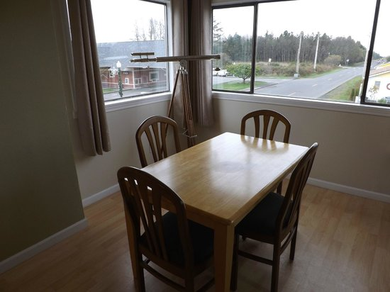 The Coastal Inn and Suites: Dinning area with telescope to view the town and ocean - Not ocean view.