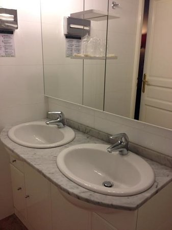 New Orient Hotel: Double Sink#17