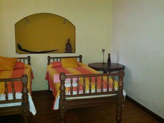 Motty's Homestay: antique beds Motty's