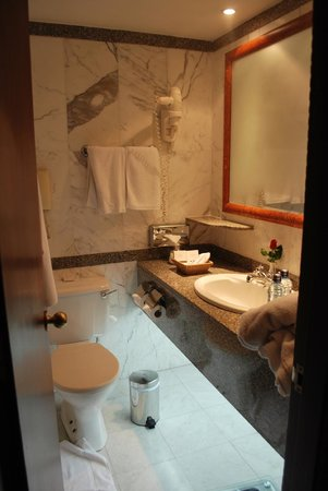 Nairobi Serena Hotel: bathroom