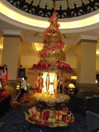 Sheraton Hanoi Hotel: the christmas tree @ the lobby