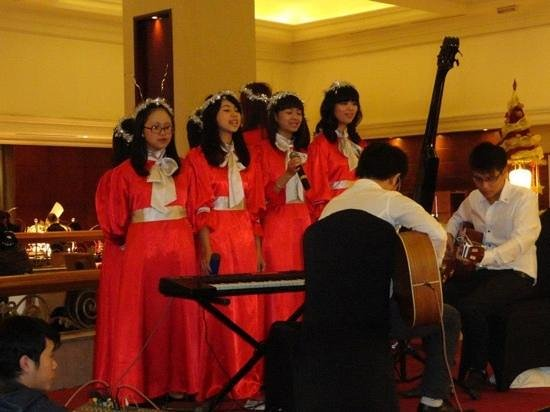 Sheraton Hanoi Hotel: christmas carol in the lobby