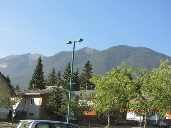 Irwin&#39;s Mountain Inn: View from outside the hotel