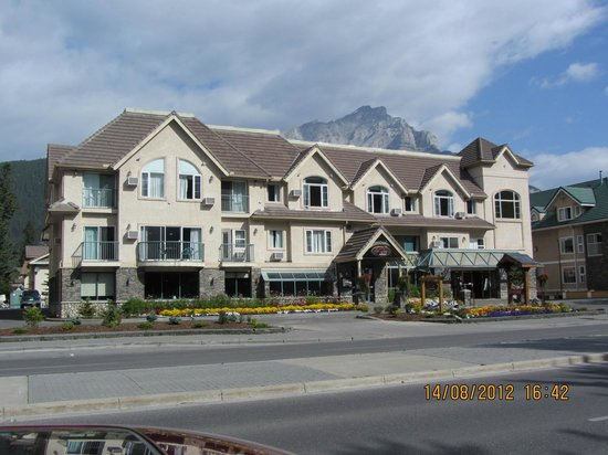 Irwin&#39;s Mountain Inn: View of front of hotel