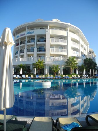 Alba Queen Hotel: View of the hotel from the pool