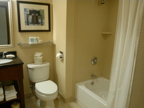 Wyndham Garden Hotel - Philadelphia Airport: Bathroom