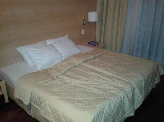 Mons Hotel: Super bed in room on ground floor