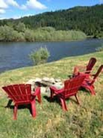 Happy Camp, CA: Klamath River and private beach at Klamath River Resort Inn