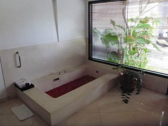 Villa Seminyak Estate & Spa: Jacuzzi with fresh flower pedals (and unintentional caterpillars)