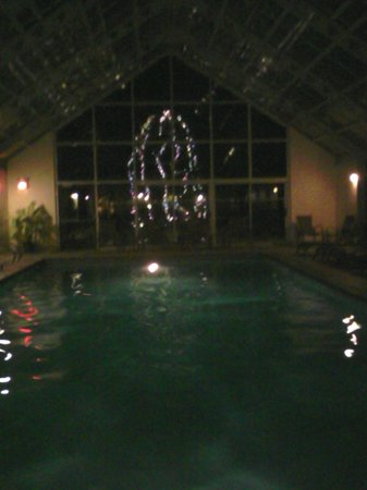 Best Western PLUS Waterbury - Stowe : Large indoor pool with lighted fir tree outside the big window.