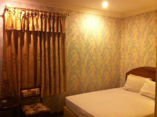 Goodway Hotel - Batam: old and dusty room
