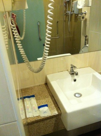 The Explorer Hotel: Bathroom Very Clean