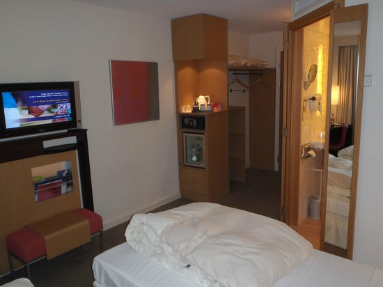 Novotel Lausanne Bussigny: TV/ mini bar