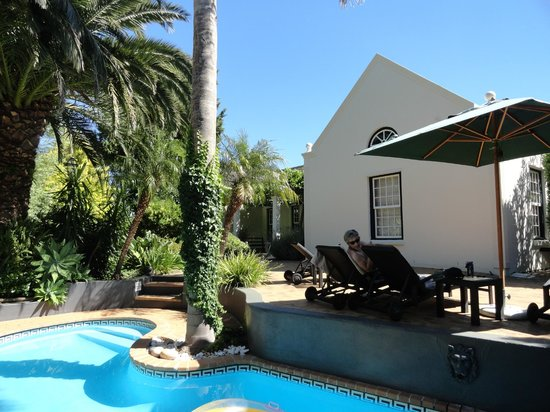 4 Heaven Guesthouse: traumhafter Garten mit Pool