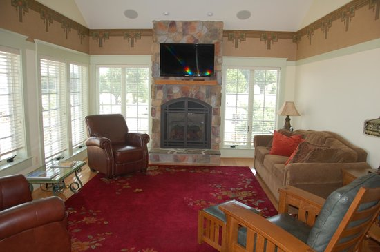 The Inn at Herrington Harbour: LOVE the fireplace and leather couches!