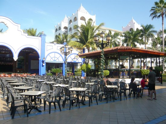 ClubHotel RIU Jalisco: Entertainment area and bar