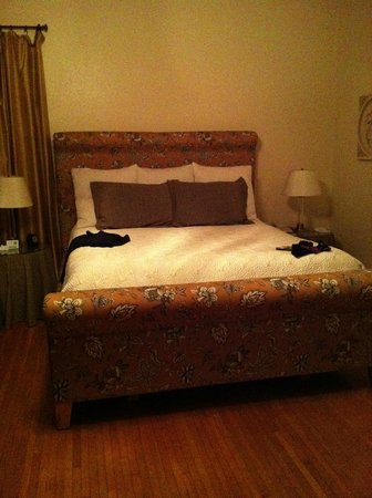Harbor House Inn: King Suite Bed