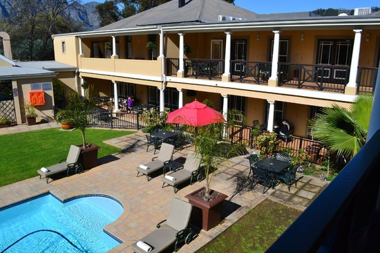 Protea Hotel Franschhoek: view of the pool and courtyard