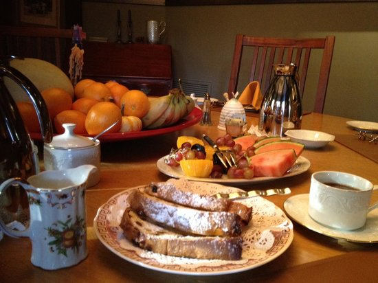 Dickens House Bed and Breakfast: Breakfast feast.