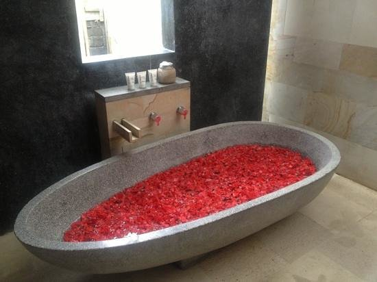 The Purist Villas and Spa: flower bath on arrival