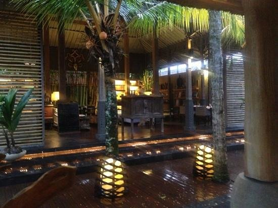 The Purist Villas and Spa: lobby/ dining area