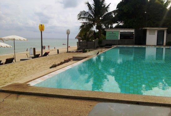 Lamai Wanta: Hotel pool, 40 metres from the ocean with a direct view of the sea