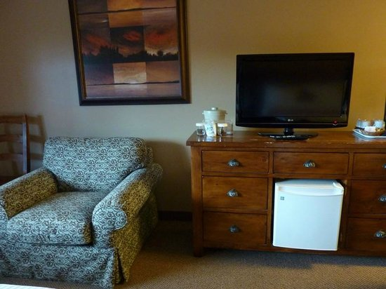 Maligne Lodge: TV, fridge, coffee maker, lots of storage