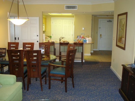 Beach Place Towers Fort Lauderdale: Dining area and kitchen