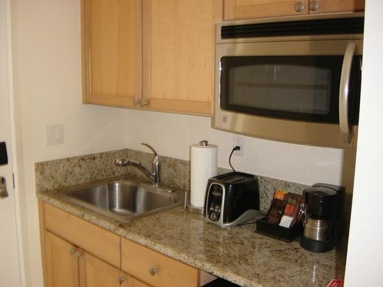 Alexandra Resort: The small kitchenette in the room. Larger rooms have a complete kitchen!