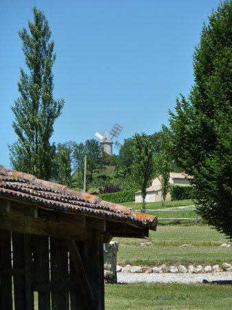 Coulx, Francja: View to windmill