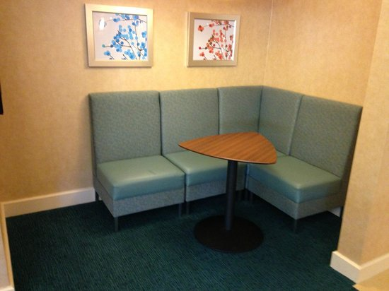 Residence Inn San Diego Scripps Poway Parkway: Private Corner table for bfast/dinner