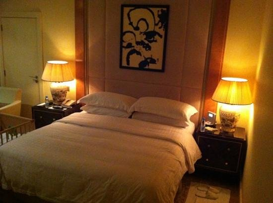 Four Seasons Hotel Beirut: king size bed