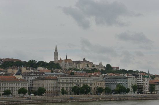 Hilton Budapest - Castle District: Hotel from the other side of the Danube
