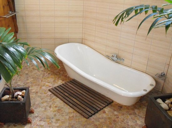 Magic Reef Bungalows: outdoor bath and shower