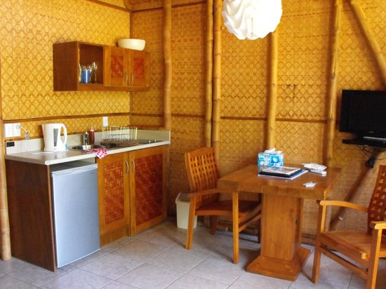 Magic Reef Bungalows: kitchen unit stocked with all cups glasses plates bowls etc