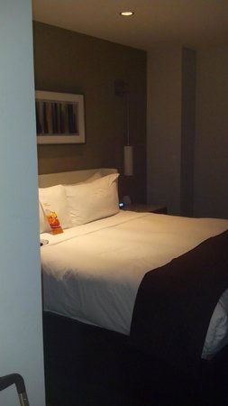 Hotel Felix: King sized bed