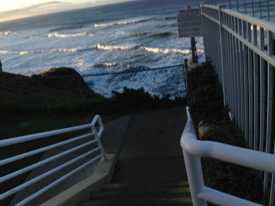 Pismo Lighthouse Suites: Stairs to beach