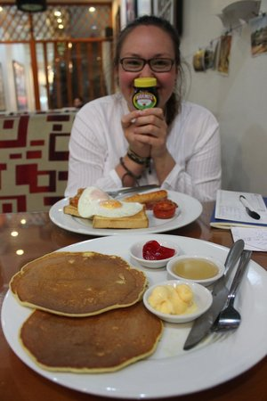 Hanoi Rendezvous Hotel: Breakfast was delicious with a choice of vegemite