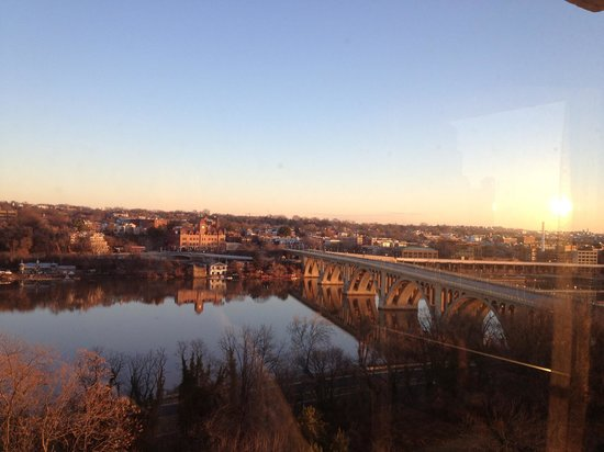 Key Bridge Marriott: Fantastic view from wall of windows