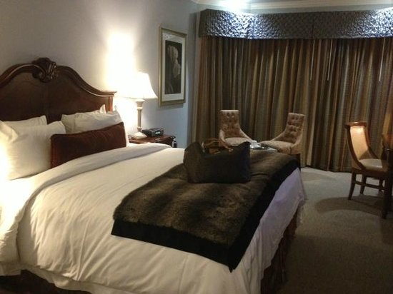 Villa Montes Hotel, an Ascend Collection Hotel: Check out the furry bed runner!