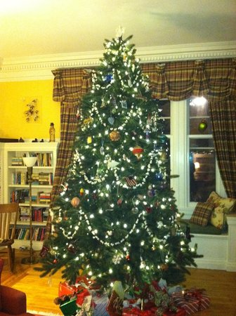 Birchwood Inn: Christmas tree in the living room