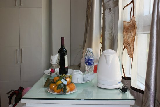 Hanoi Holiday Diamond Hotel: Our free wine and fruit