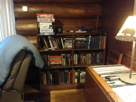 Loon Lake Lodge: Plenty of books and games
