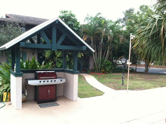 Englewood Bay Motel & Apartments : covered grill on the patio area