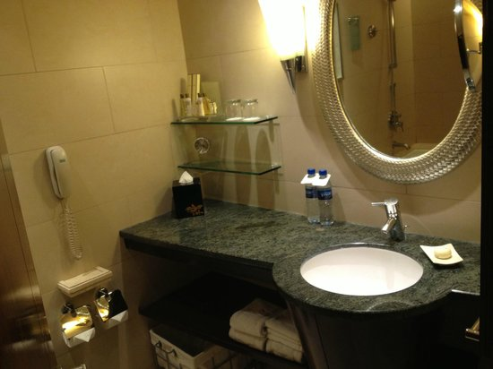 Edsa Shangri-La: Bathroom
