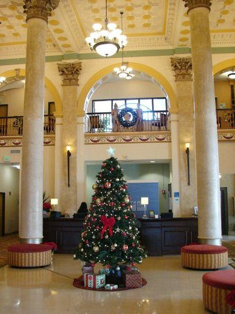 Holiday Inn Express Baltimore-Downtown: Charming Lobby Decorated for Chriswtmas