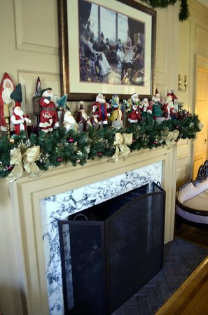 Main Street Manor Bed & Breakfast Inn: Fireplace decorated for Christmas